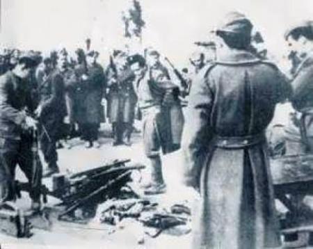 Η συγκλονιστική στιγμή της παράδοσης των όπλων από τους δακρυσμένους αντάρτες