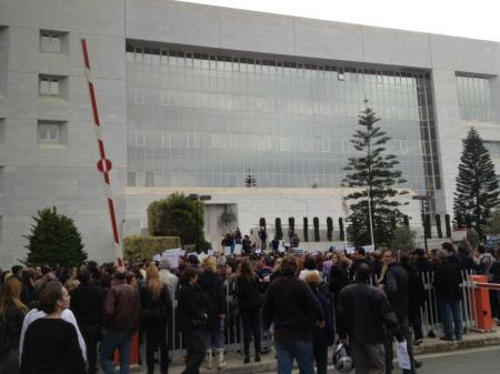 Οι εργαζόμενοι της Τράπεζας Κύπρου τώρα έξω από την Κεντρική Τράπεζα της Κύπρου. απαιτούν την παραίτηση του Διοικητή.
