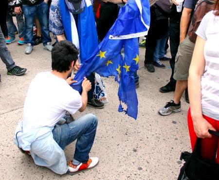 Διαδηλωτές ενάντια στη λιτότητα καίνε τη σημαία της Ε.Ε. σε κινητοποίηση στη Μαδρίτη.