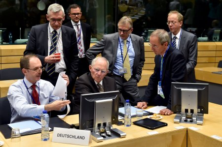 German Finance Minister Wolfgang Schaeuble (C) chats with unidentified officials during a euro zone finance ministers' meeting on the situation in Greece, in Brussels, Belgium, July 12, 2015.  REUTERS/Eric Vidal